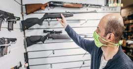 Procura por armas nos EUA aumenta com covid-19, protestos antirraciais e eleições