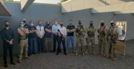 Policiais civis participam de testes de pistola e fuzil da Taurus