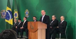 Presidente da Taurus esteve presente na cerimônia de transmissão de cargo de ministros.