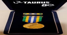 Presidente da Taurus recebe honraria da PM-GO